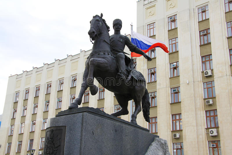 Skulptur der cossacs Ataman vor Regierungsgebäude lizenzfreie stockfotos