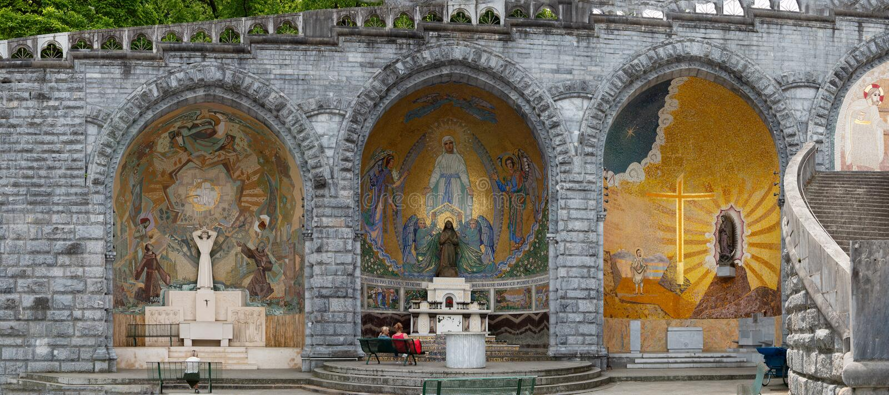 Skulptur der heiligen Marys auf au?erhalb der Rosenbeet-Basilika von Lourdes, Frankreich lizenzfreie stockbilder