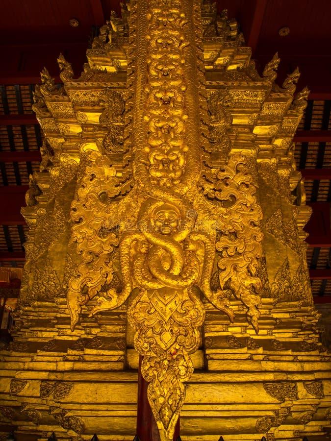 Skulptur der niedrigen Entlastung in den buddhistischen Tempeln Thailand stockbild