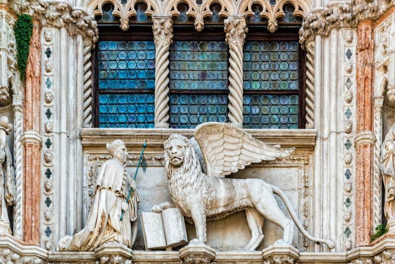 Skulptur an der Porta della Carta des Doges Palace, venice lizenzfreie stockbilder