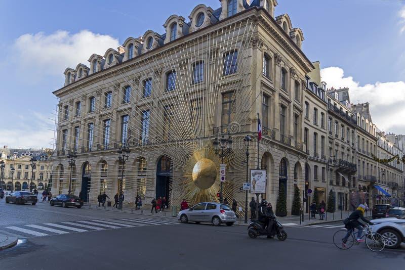 Skulptur der Sonne an auf der Fassade des Gebäudes stockfoto