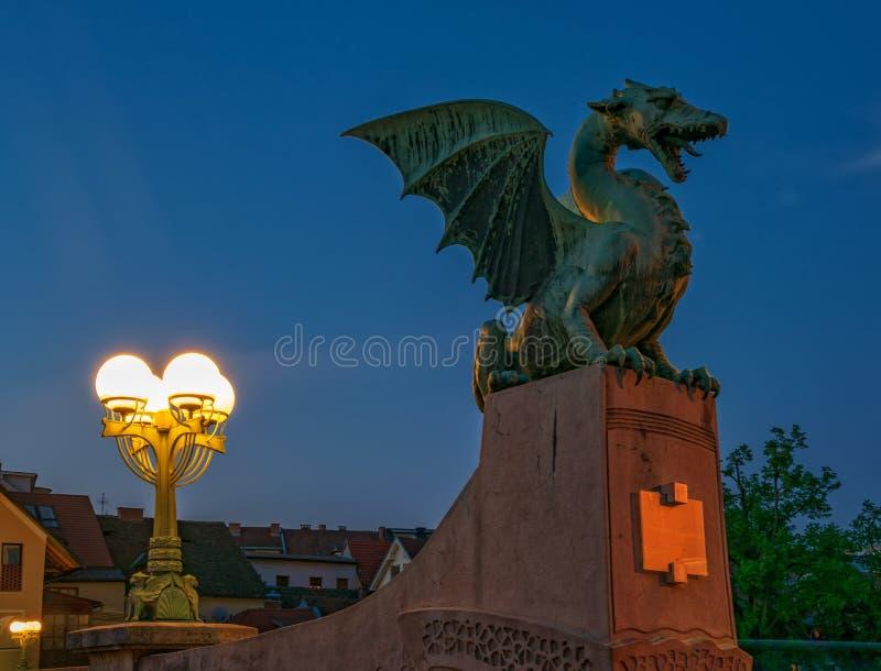 Skulptur des Drachen in Ljubljana, Slowenien in der Dämmerung lizenzfreie stockbilder