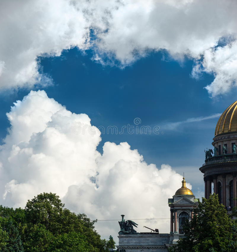 Skulptur des Engels auf dem Dach der Heilig-Isaac-` s Kathedrale lizenzfreies stockfoto