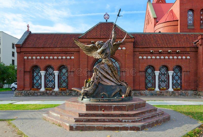 Skulptur des Erzengels Michael, auffallende geflügelte Schlange, Minsk, stockfotografie