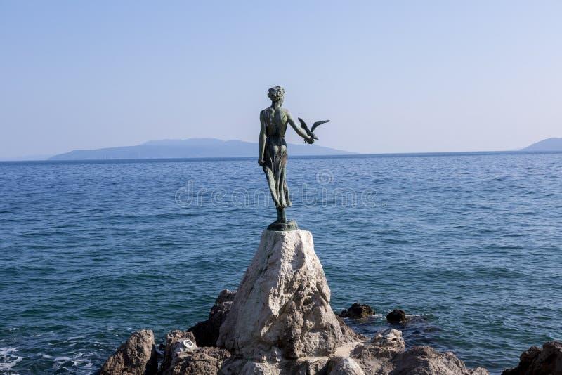 Skulptur des Mädchens mit dem Vogel stockbild