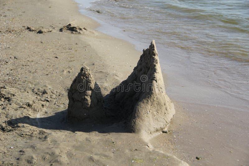 Skulptur des Sandes Der Palast durch das Meer lizenzfreie stockfotografie
