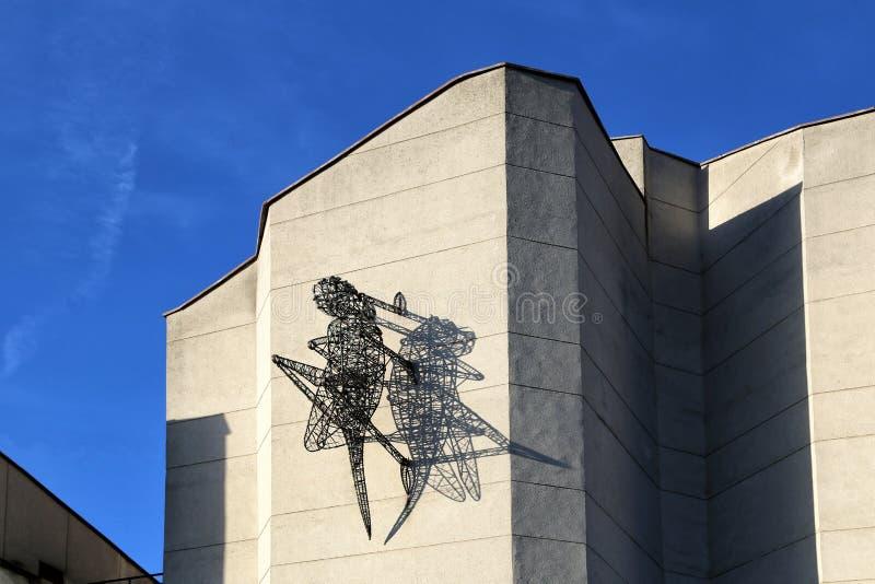 Skulptur einer Heuschrecke gemacht vom Stahl und vom Kupferdraht auf der Wand eines Geb?udes lizenzfreies stockfoto