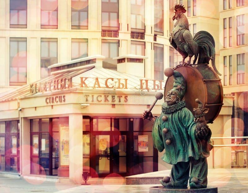 Skulptur eines Clowns mit Tieren vom Zirkus lizenzfreies stockbild