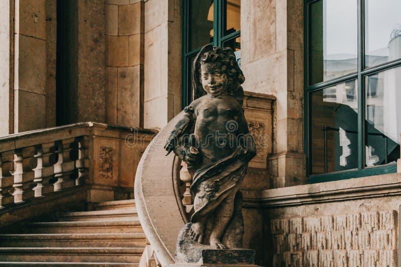 Skulptur eines Engels in Zwinger-Palast von Dresden, Deutschland lizenzfreie stockbilder