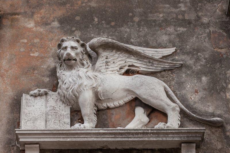 Skulptur eines geflügelten Löwes stockfotos