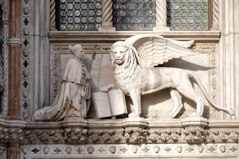 Skulptur eines geflügelten Löwes, das heraldische Symbol der Stadt von Venedig in Italien stockbild