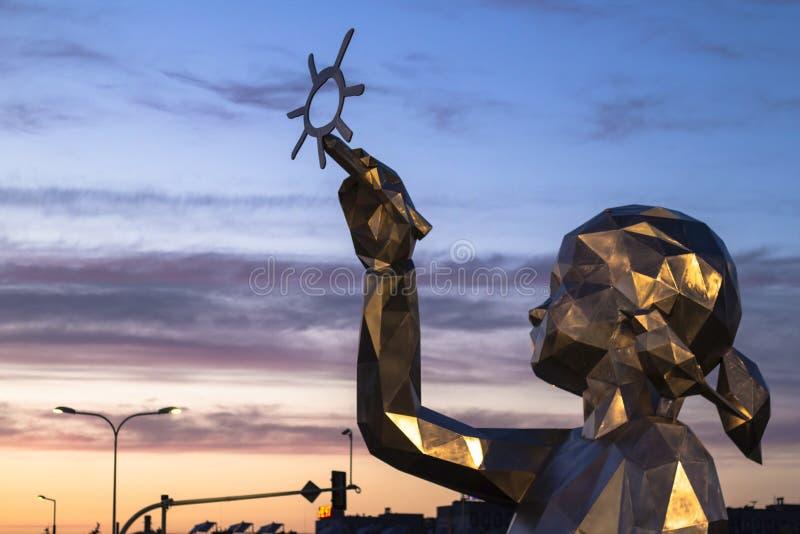 Skulptur eines Mädchens, das die Sonne zeichnet stockfoto