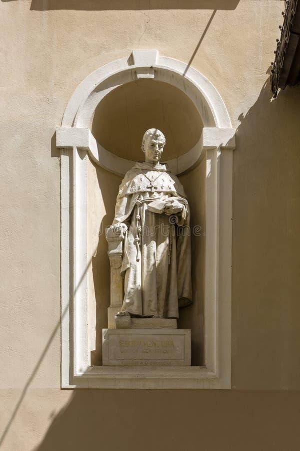 Skulptur eines mittelalterlichen Theologen, St Bonaventure Giovanni Fidanza auf der Fassade des St. lizenzfreies stockbild