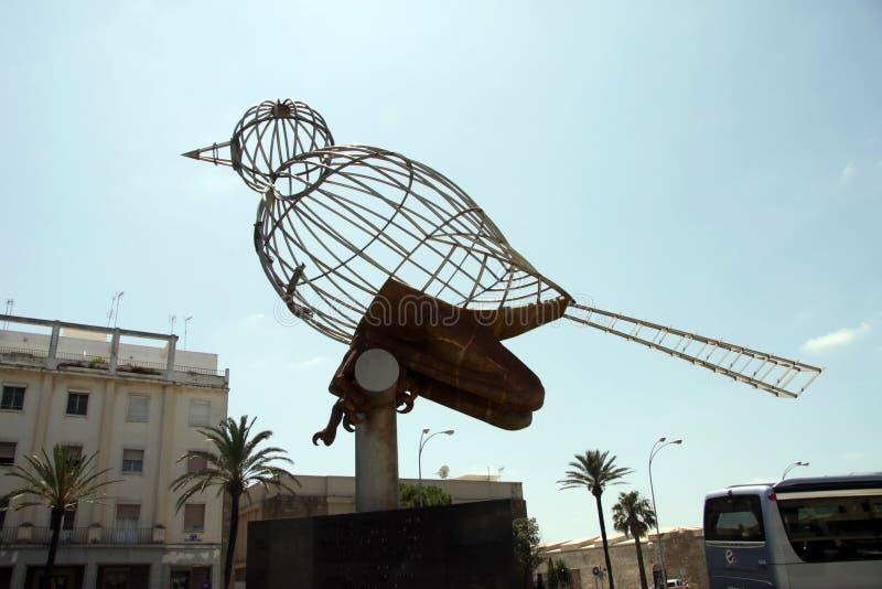 Skulptur eines Vogels auf dem Konstitutions-Quadrat, einer der Hauptplätze von Cadiz stockfotografie