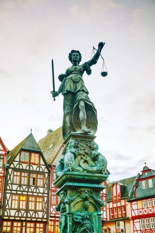 Skulptur för dam Justice i Frankfurt, Tyskland arkivfoto