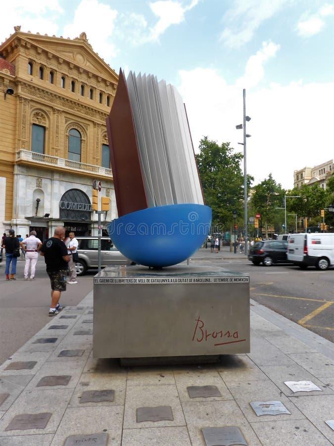 Skulptur för Homenatge alLlibre jätte- bok av John Brossa på Passeigde Gracia, Barcelona, Spanien royaltyfri bild