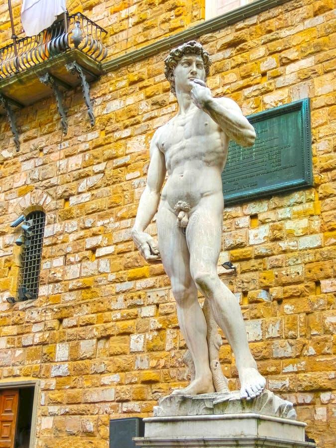 Skulptur för kopieringsMichelangelo ` s av David i Florence, Italien arkivfoto