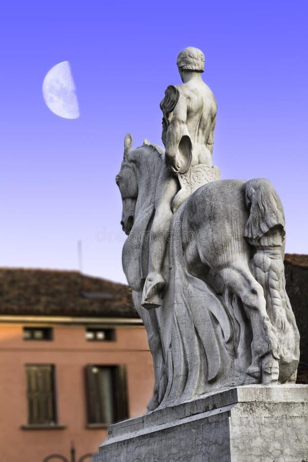 Skulptur för krigminnesmärke av det första världskriget i Portogruaro, Venedig royaltyfri foto