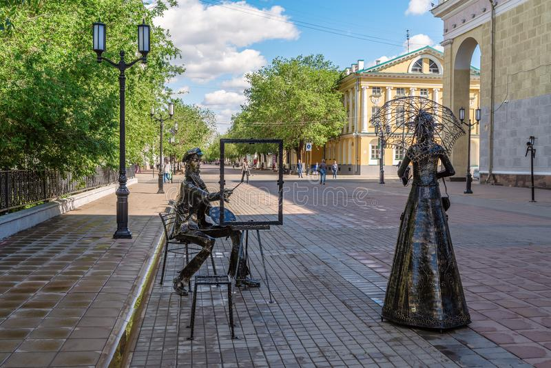 Skulptur `Gatumålare och en dam med paraply` royaltyfria foton