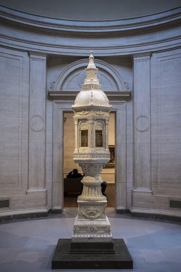 Skulptur geleuchtet durch Oberlicht stockfotos