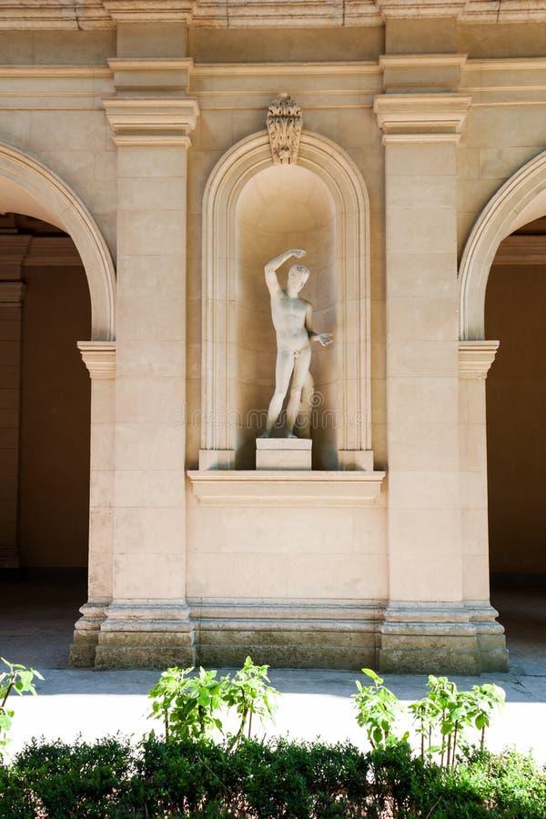 Skulptur i museum av konster av Lyon, Frankrike Statyer i parkera av den Palais Saint Pierre arkivbild