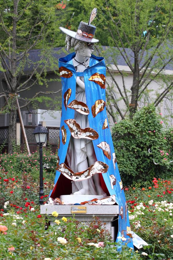 Skulptur iklädd maskeradkläder royaltyfria foton