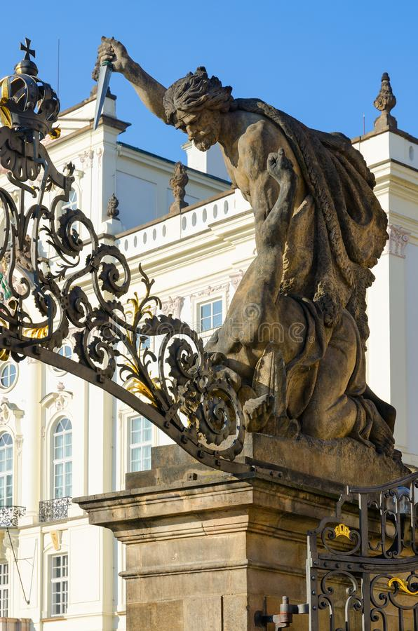 Skulptur-Kampf von Titanen 1850 auf Toren von Giants-Titanen in Prag-Schloss, Tschechische Republik lizenzfreie stockfotos