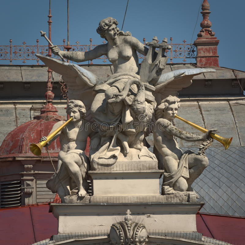 Skulptur - Mahen teater Brno, Tjeckien royaltyfri foto