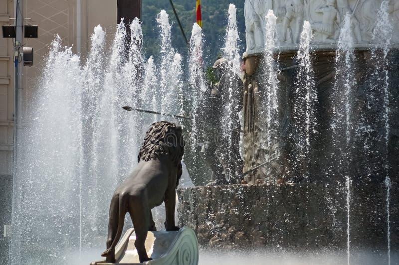 Skulptur och springbrunn arkivfoto