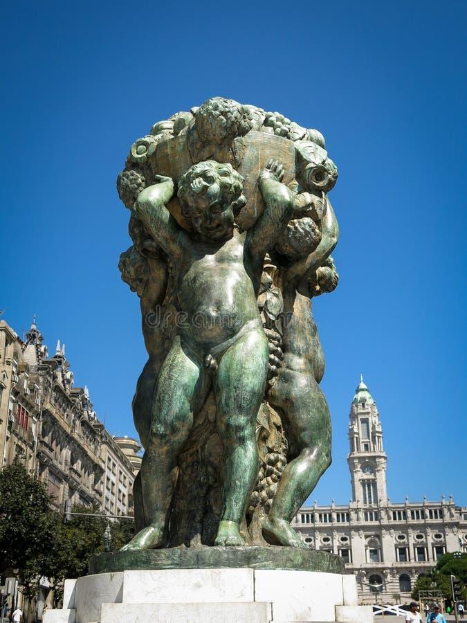 Skulptur på den Liberdade fyrkanten, Porto royaltyfri fotografi