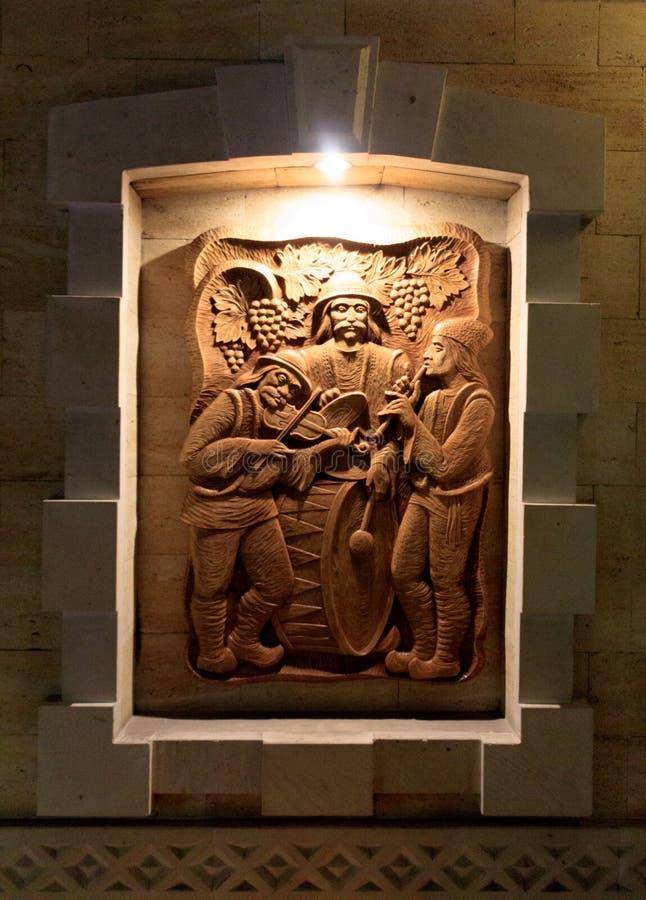 Skulptur p? ett tr?br?de royaltyfria foton