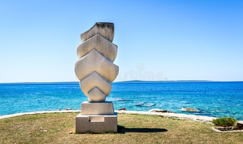 Skulptur` seglar ` på kust av ön Silba, Kroatien royaltyfri fotografi