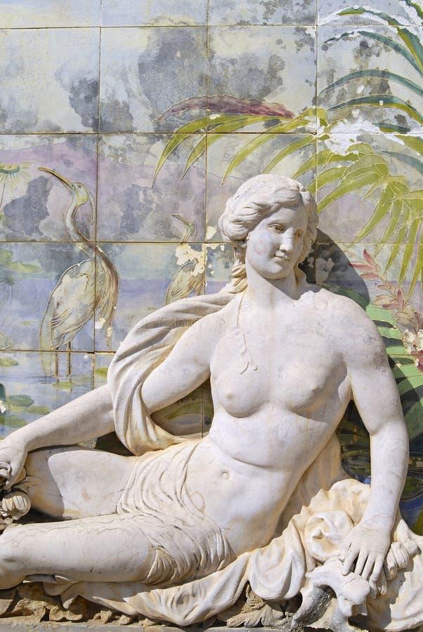 Skulptur- und azulejofliesen am Garten des Estoi-Palastes, Algarve, Portugal stockbild