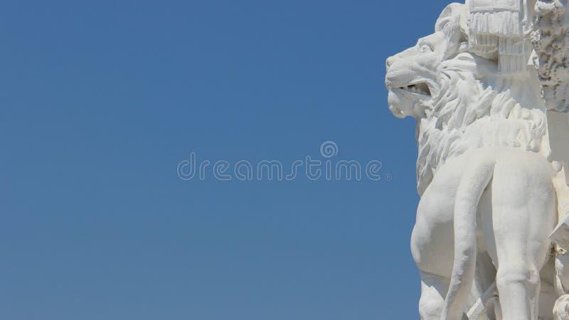 Skulptur und blauer Himmel-Hintergründe Art One White Lion Withs lizenzfreie stockfotografie