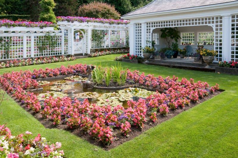 Skulptur und Brunnen an den Butchart Gärten lizenzfreie stockfotografie