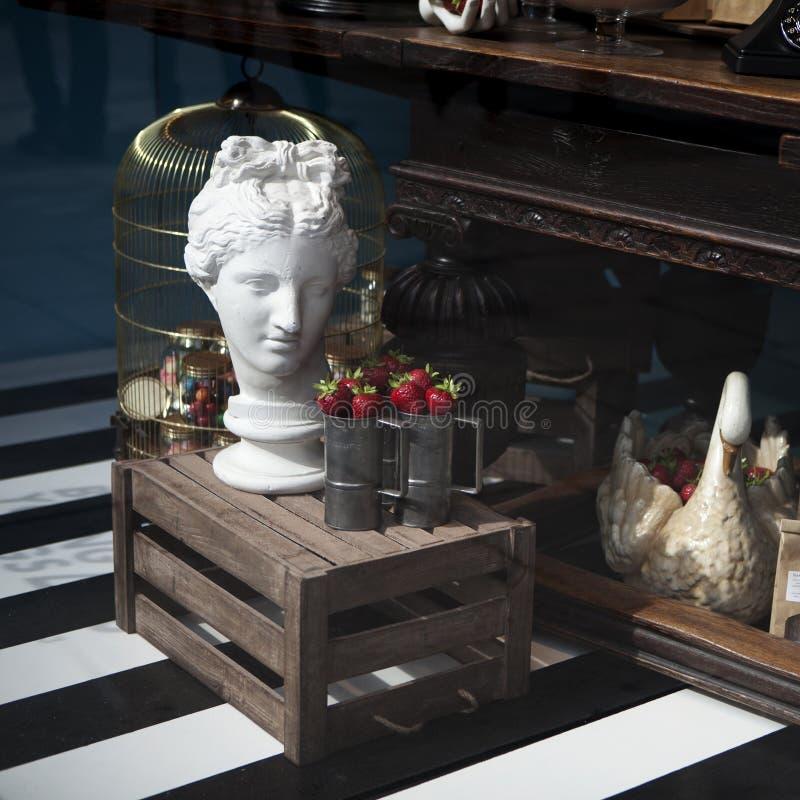 Skulptur und Käfig für Vogel, Korb mit gefälschten Erdbeeren am Th stockfoto