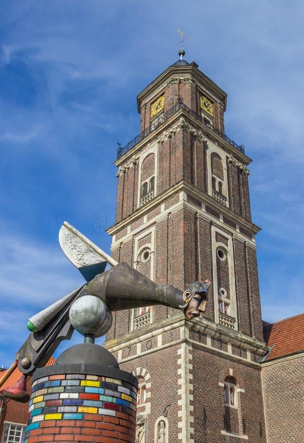 Skulptur und Kirchturm in Coesfeld stockfotografie