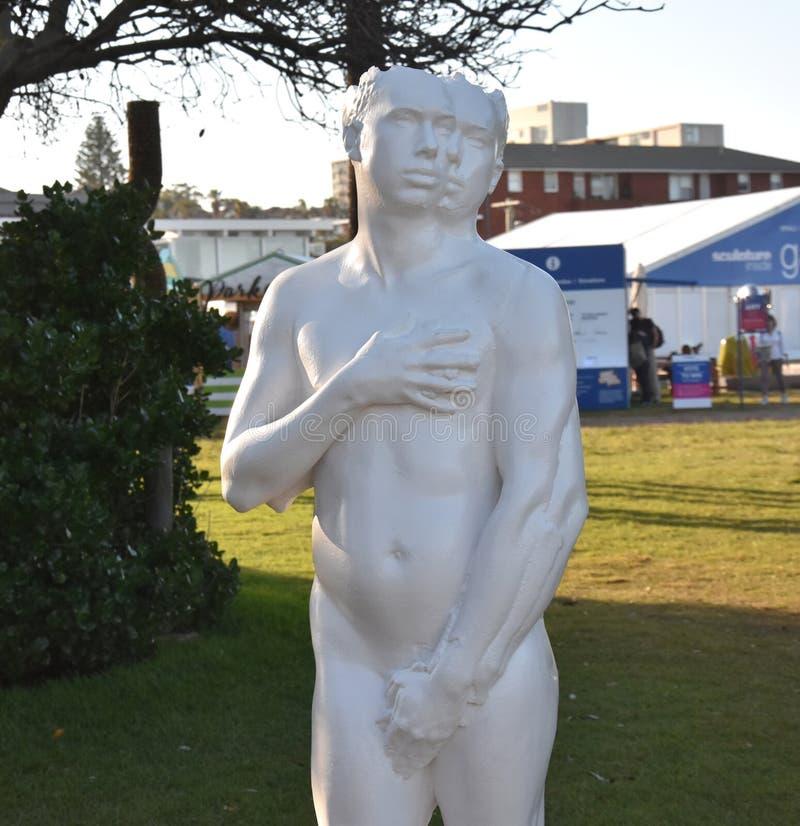 Skulptur vid havet är en fri offentlig skulpturutställning royaltyfri fotografi