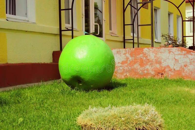 Skulptur von grünen Apple lizenzfreies stockbild