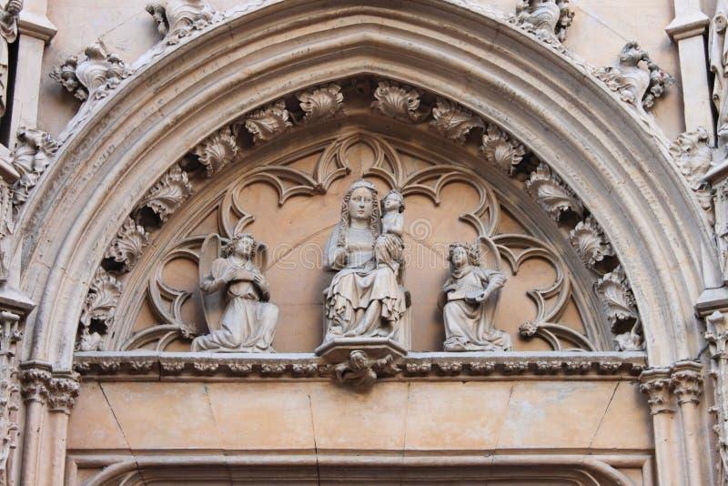 Skulptur von Jungfrau Maria Jesus-Kind tragend stockbilder