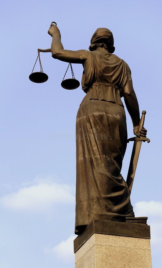 Skulptur von themis, femida oder Gerechtigkeitsgöttin auf Hintergrund des blauen Himmels stockbilder
