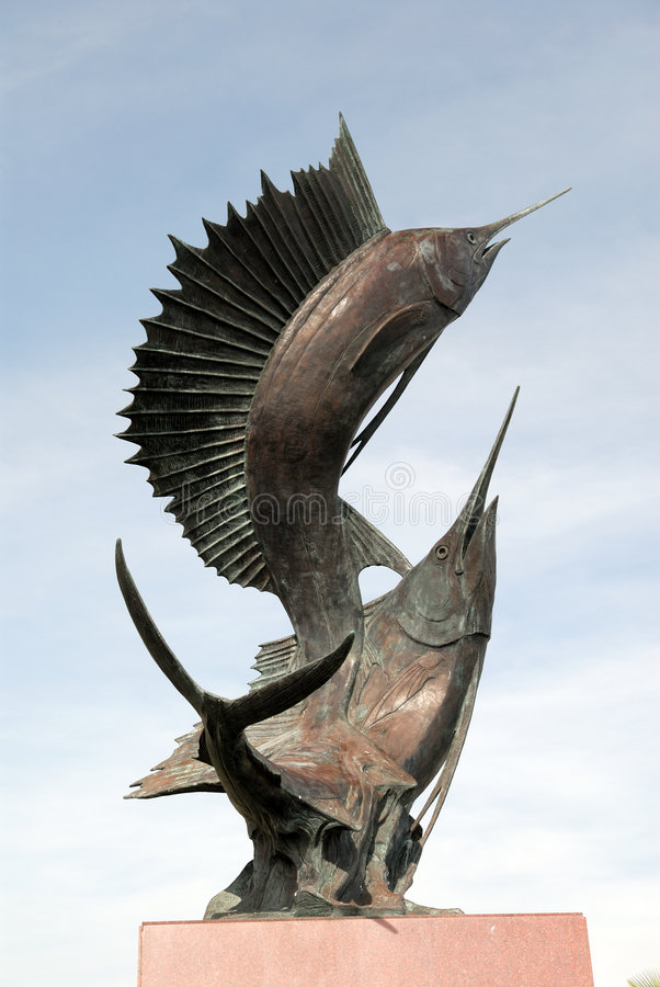 Skulptur von zwei Schwertfischen lizenzfreie stockbilder