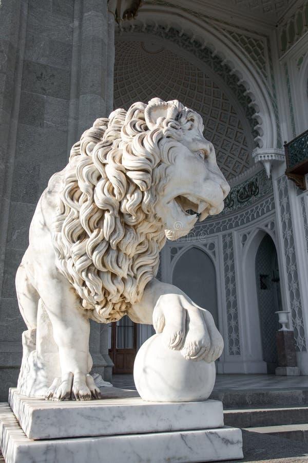 Skulptura一头狮子在沃龙佐夫宫殿在阿卢普卡 免版税库存照片