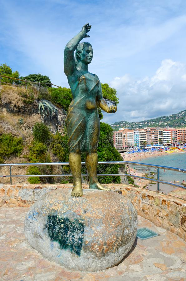 Skulptural fru för sammansättningsfiskare` s i Lloret de Mar, Costa Brava, Catalonia, Spanien arkivbilder