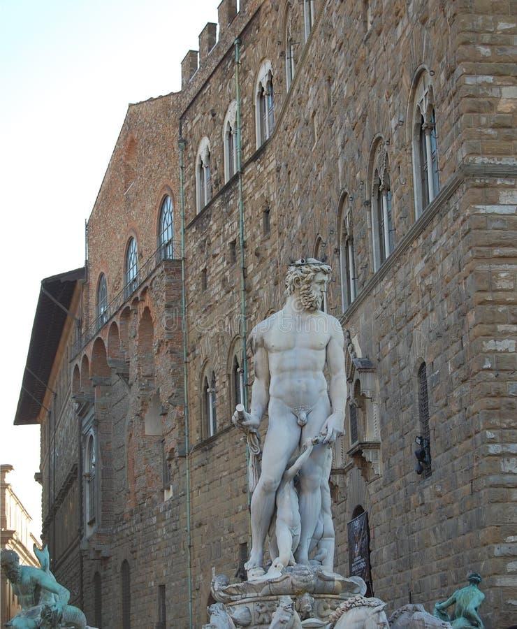 Skulptural grupp av en springbrunn i Florence Den nakna mannen rymmer barnens händer arkivfoton