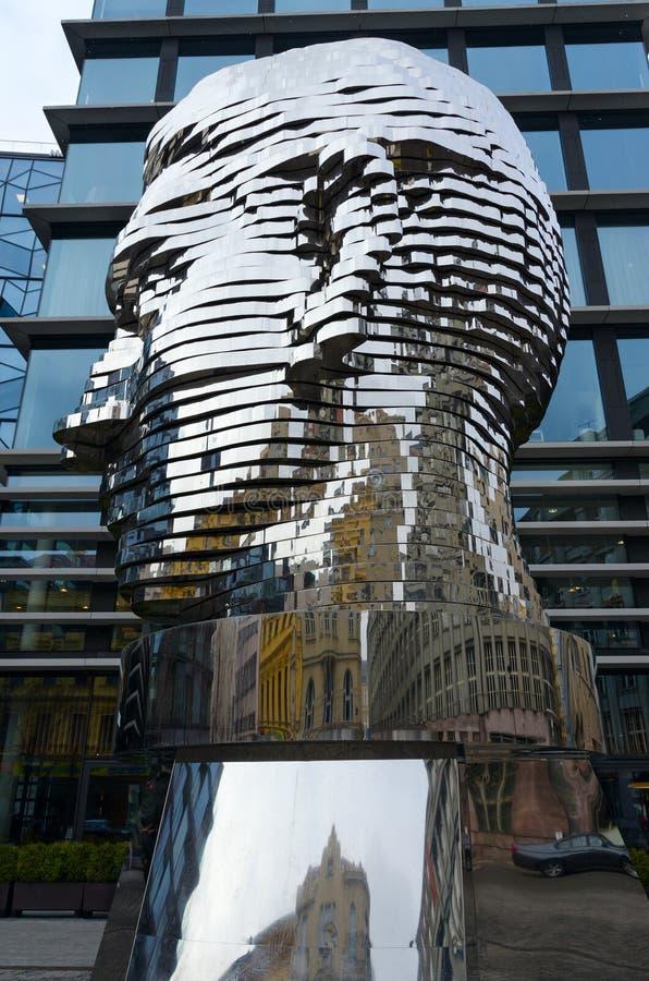 Skulptural sammansättning Franz Kafka Head, Prague, Tjeckien arkivfoton