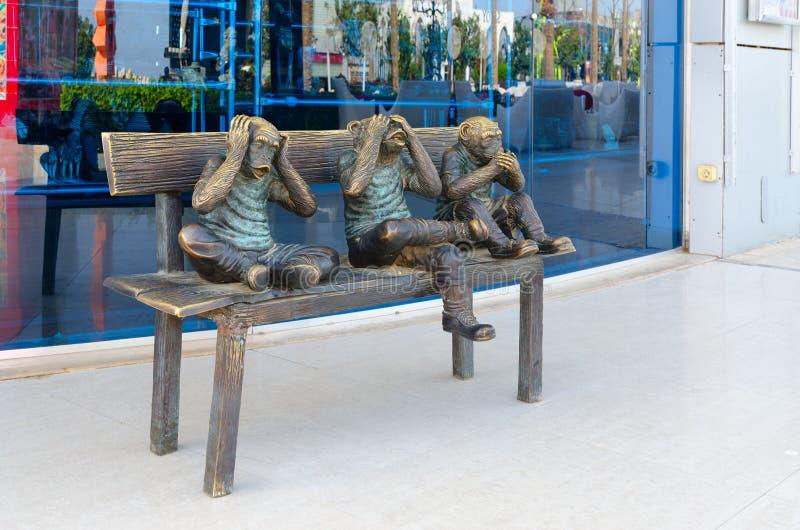 Skulptural sammansättning som visar tre roliga apor i shopping- och underhållningkomplex av den Soho fyrkanten, Sharm el Sheikh,  arkivbilder
