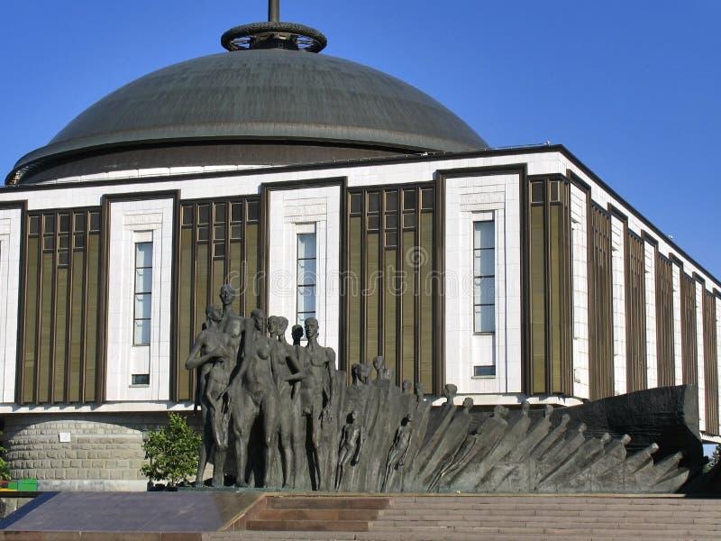 Skulptural sammansättning - tragedi av folk mot byggnad av det stora patriotiska kriget för museum arkivfoto