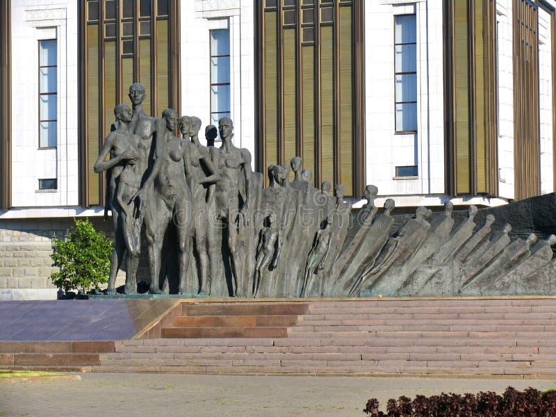 Skulptural sammansättning - tragedi av folk mot byggnad av det stora patriotiska kriget för museum arkivbilder