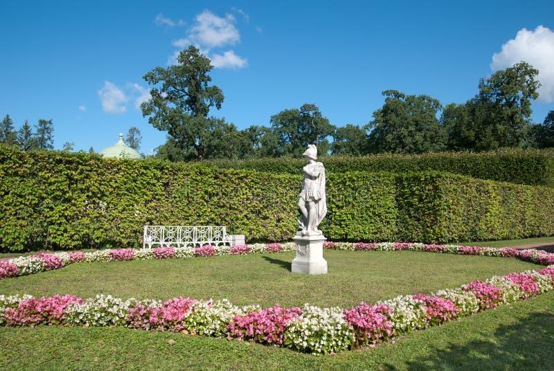 Skulpturallegorin av vishet som trampar last TSARSKOYE SELO, ST PETERSBURG, RYSSLAND arkivbilder